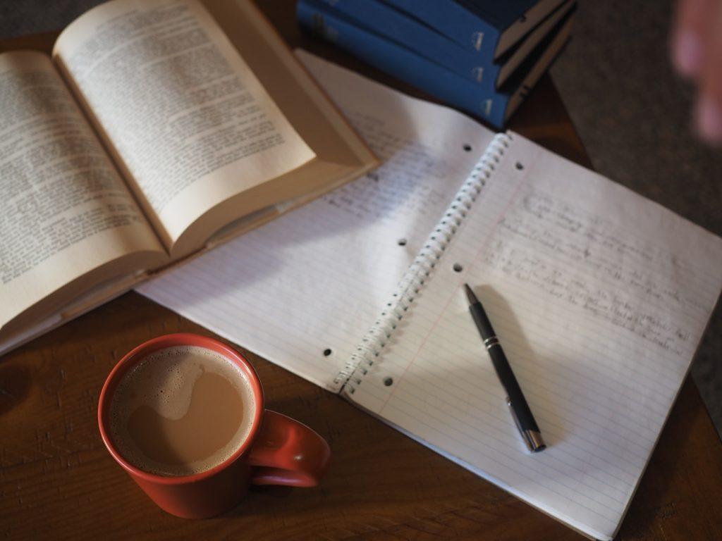ノートを開いて勉強内容を書き込んでいる