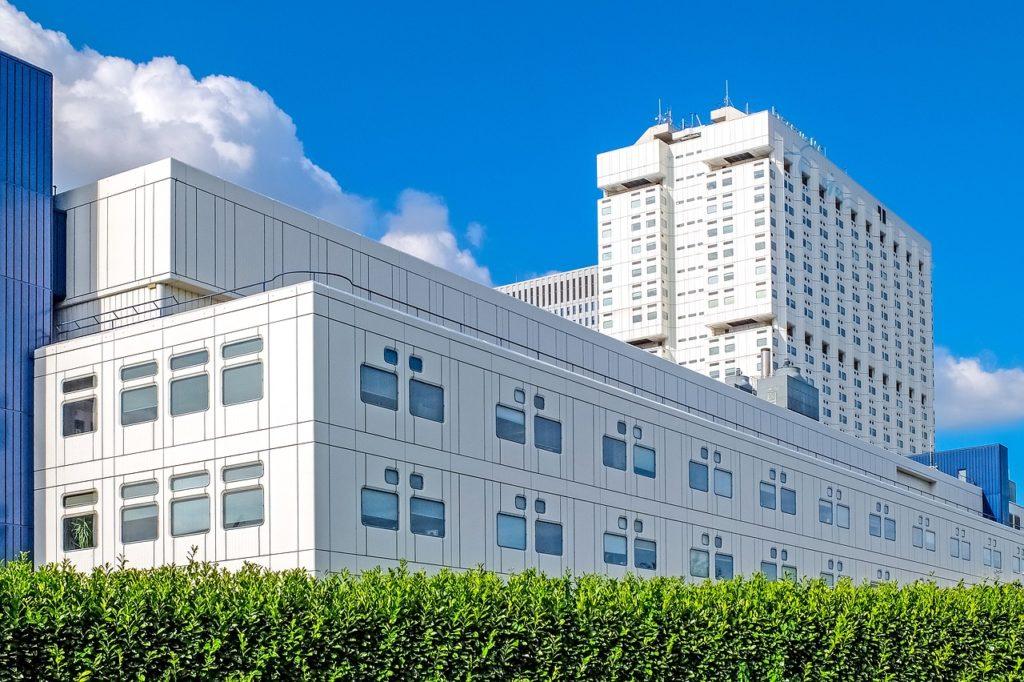 病院をイメージした大きな建物