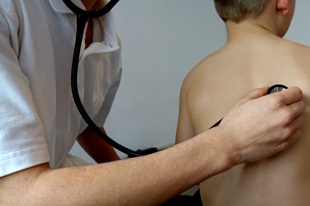 子供の背中に聴診器を当てている様子