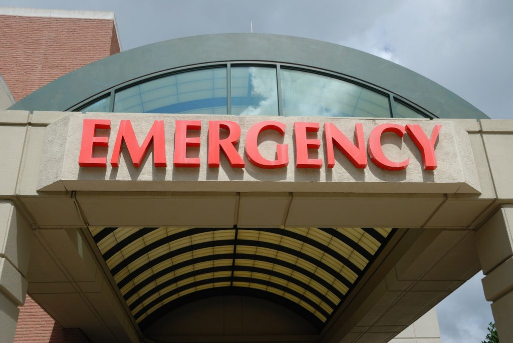 EMERGENCYの文字と建物の入り口