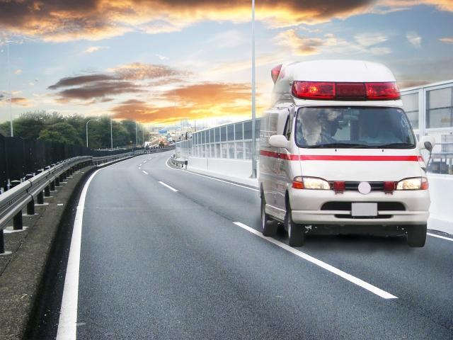 救急者が奥から手前に向かって走っている