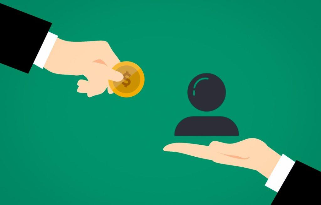左にコインを持つ人の手、右に人のモチーフを持つ手があり、労働契約をイメージしている