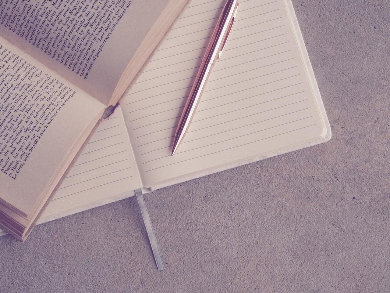 ペンとノートと本