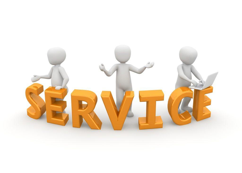 SERVICEの文字と三人の人
