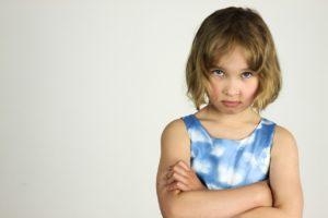 怒って腕組をしている女の子