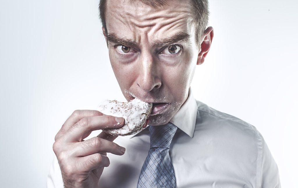 パンケーキを食べている男性
