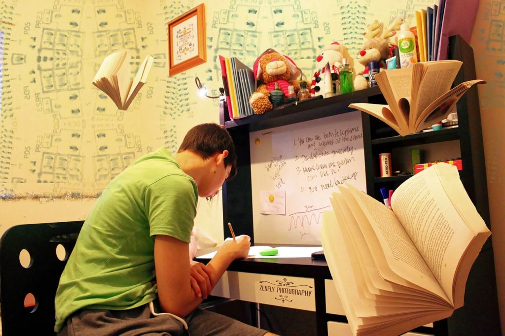 試験勉強をしている男性