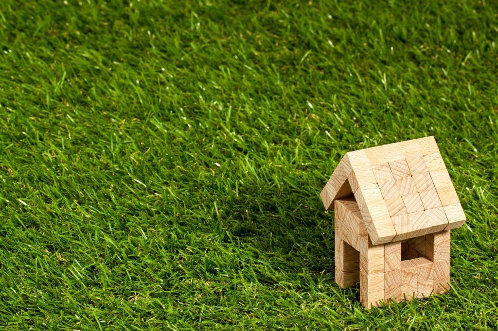 芝生の上の木製の家