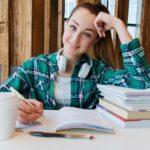 楽しそうに勉強している女性